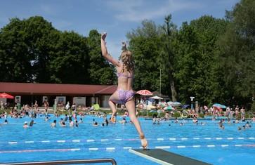 Moosburger Freibad_springendes Mädchen vom Sprungturm ins Becken