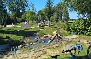 Wasser als zentrales Element im Goldachpark in Hallbergmoos