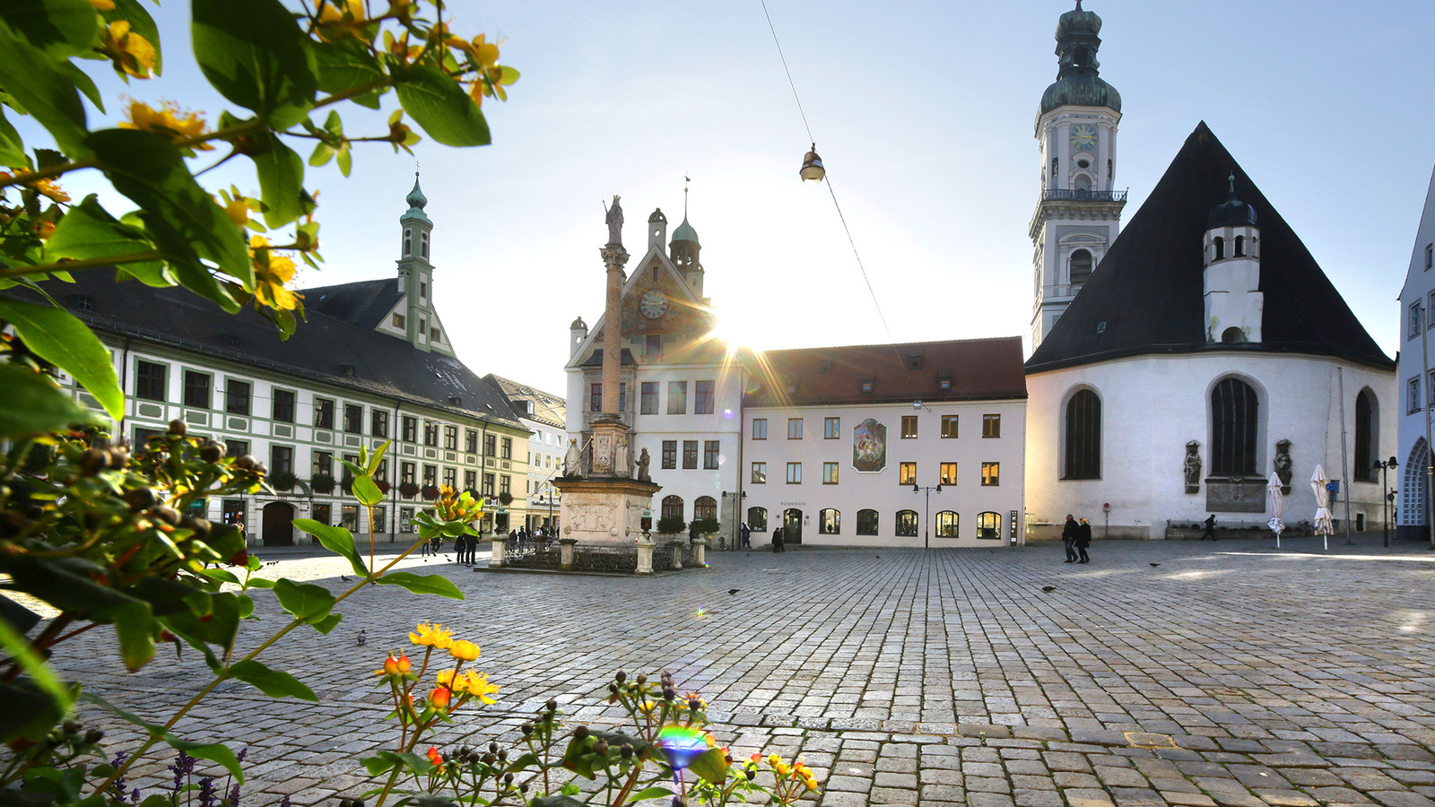 Marienplatz mit Asamgebäude und Pfarrkirche St. Georg in Freising