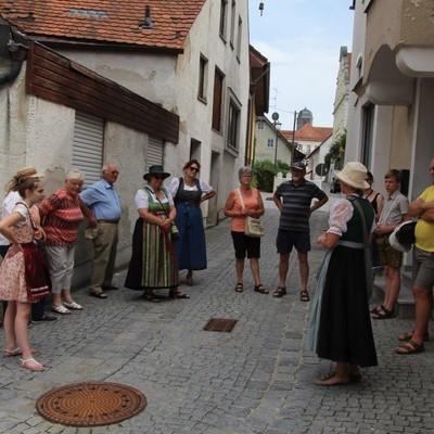 Martkführung mit den Auer-Markt-Strawanza durch den Markt Au in der Hallertau