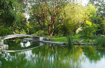 Goldshauser Garten mit Brücke und Schwimmteich in Marzling