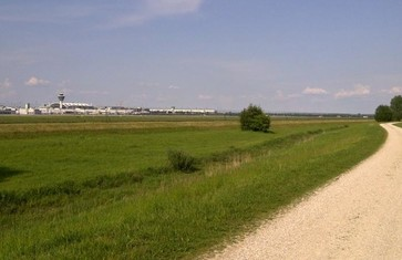 Blick auf Tower und Flughafengelände während der Rundtour Flughafen München