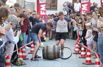 Tag des Bieres in Freising, Fassrollen auf dem Marienplatz