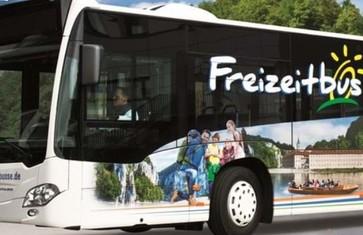 Freizeitbus mit Radanhänger