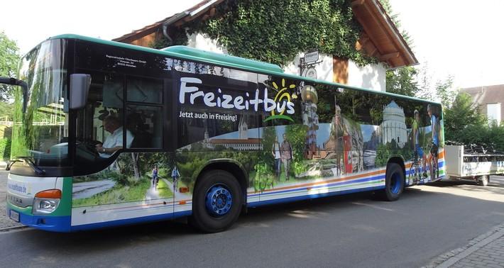 Freizeitbus mit neuer Beklebung und Radanhänger
