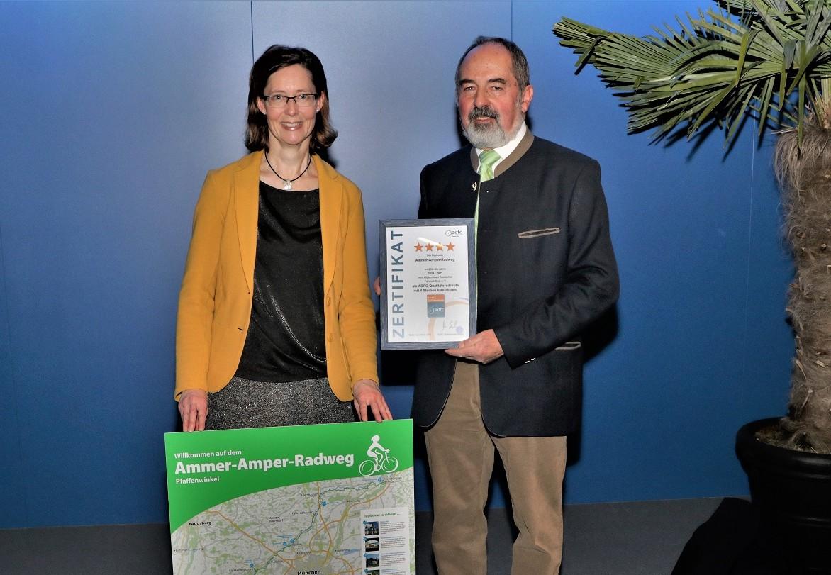 Nahmen das Zertifikat für den Landkreis Freising entgegen: Stellvertretender Landrat Robert Scholz und Tourismusreferentin Martina Mayer