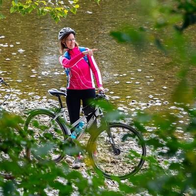 Radfahrer an der Isar zwischen Freising und Moosburg