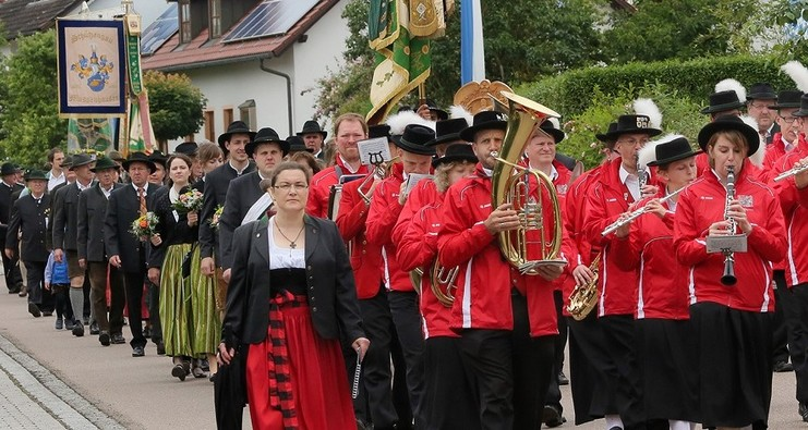 Traditioneller Umzug mit Musikkapelle in Fahrenzhausen