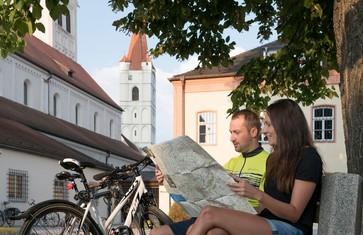 Radfahrer in Moosburg vor dem St. Kastulus Münster