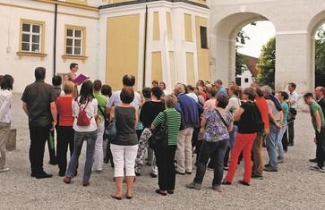 Gruppe bei einer Stadtführung in Freising