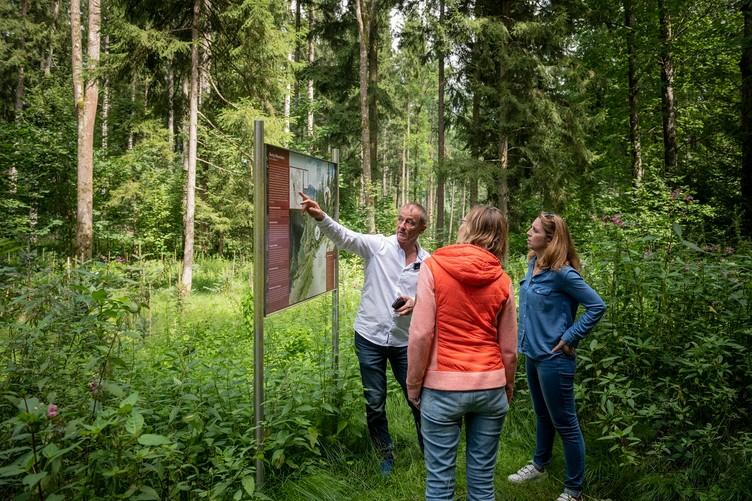 Informationstafel im Weltwald im Kranzberger Forst bei Freising