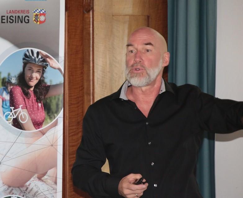 Der Referent Wolfgang Grabs-Schrempf erläutert den Teilnehmern die Themen des Workshops.