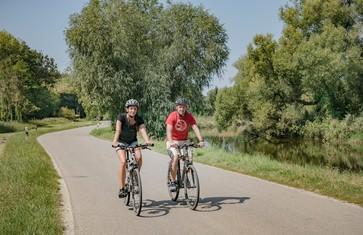 Radfahrer auf dem Ammer-Amper-Radweg in der Nähe vom Eichenhof bei Zolling