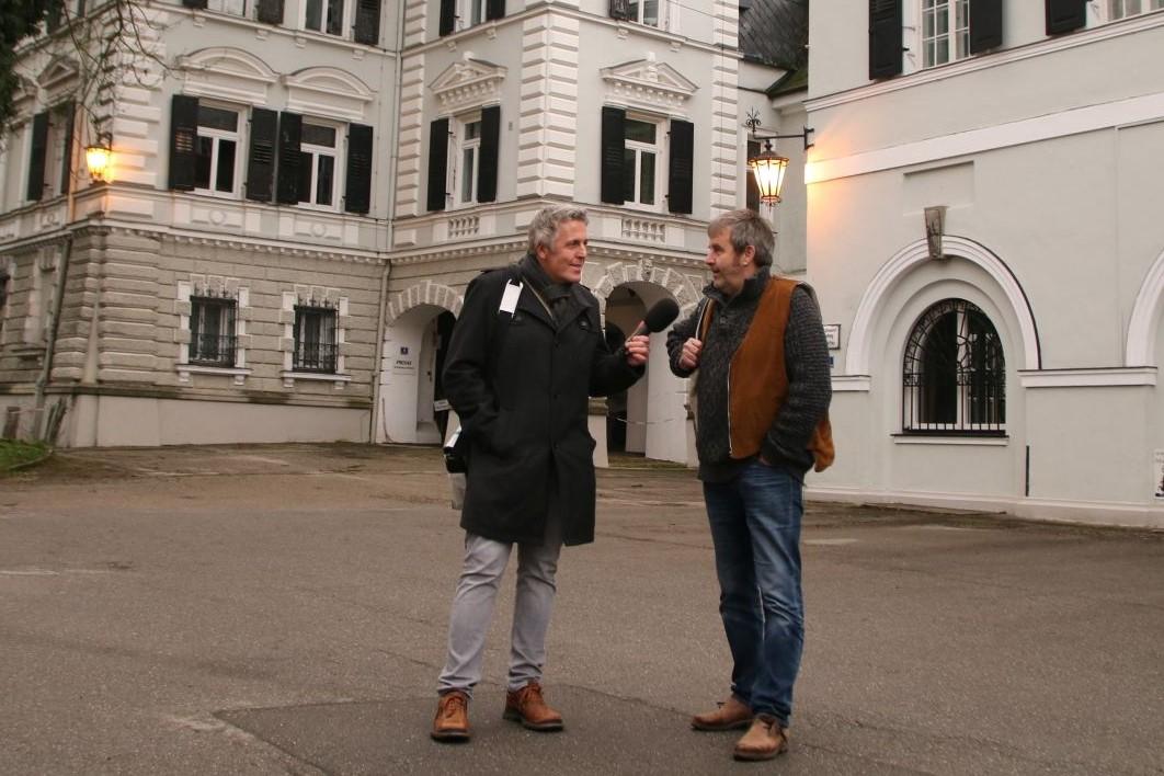 Radioreise Interview mit Moderator Alexander Tauscher und Ritsch Ermeier vor dem Auer Schloss in Au i.d.Hallertau