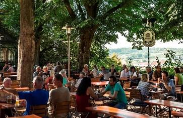 Schattiger Biergarten des Bräustüberl Weihenstephan in Freising