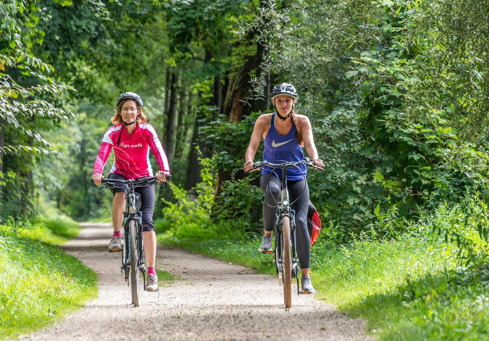 Radfahrer auf dem Isarradweg in der Region Freising