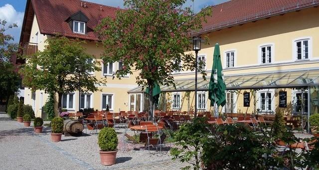Außenansicht vom Alten Wirt Langenbach mit Biergarten