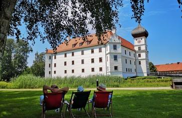 Wanderpause vor dem Schloss Hohenkammer