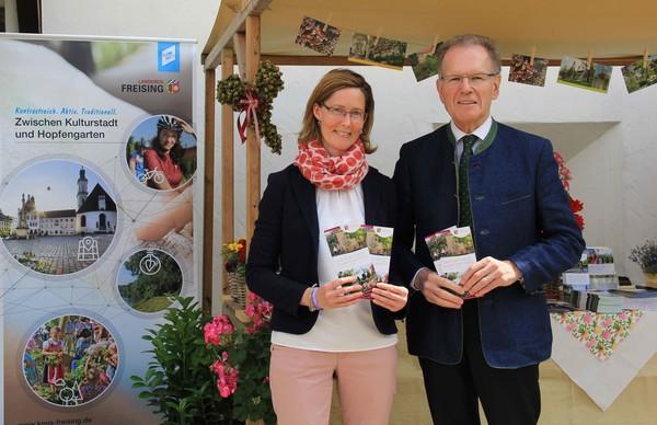 """Landrat Josef Hauner und Tourismusreferentin Martina Mayer präsentieren den neuen Themenflyer """"Garten"""" auf den Freisinger Gartentagen.lyer """"Garten"""" auf den Freisinger Gartentagen.prä"""